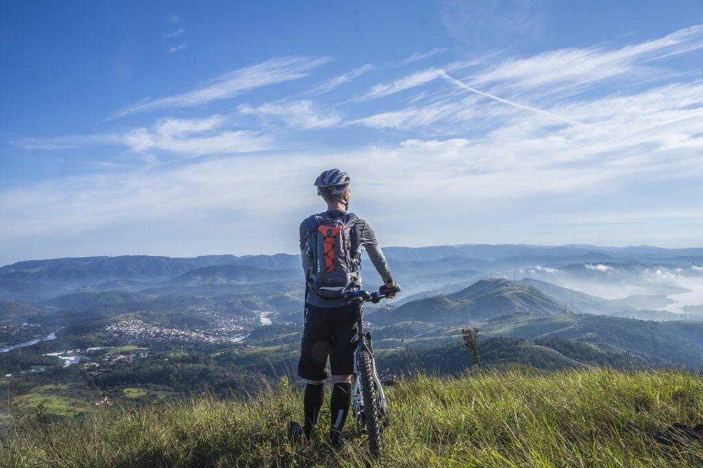 Pyöräilijä vuoristossa